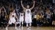 Stephen Curry e Klay Thompson (e) comemoram vitória dos Warriors sobre os Bulls