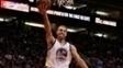 Stephen Curry sorri durante bandeja na vitória dos Warriors sobre os Suns