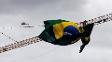 Trabalhadores arrumam bandeira gigante do Brasil em cima de guindaste em Fortaleza