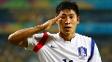 Lee Keun-Ho bate continência após o gol: respeito às tradições do Sangju Sangmu, time militar que defende