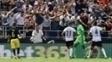 Diego Alves comemora após defender pênalti