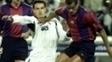Fernando Morientes disputa a bola com Rivaldo durante Barça x Real em 2001