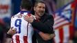 Simeone abraça Mandzukic: atacante não treinou e é dúvida para o dérbi