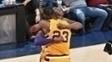Kobe Bryant e LeBron James se abraçam em último jogo do camisa 24 em Cleveland