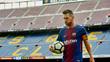 Messi carrega a bola nos braços durante partida com Las Palmas em um vazio Camp Nou