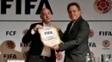Jesurum (à dir.) recebe presente do presidente da Fifa, Gianni Infantino