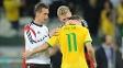 Oscar é consolado por Klose e por Schurrle apos o fim do jogo