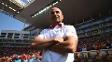 Sampaoli com os braços cruzamentos durante jogo Holanda x Chile