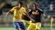 Paulinho Henrique (esq.), do Brasil, em lance contra Kevin Moreno, da Colômbia
