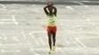 Feyisa Lilesa ao cruzar a linha de chegada na Rio 2016