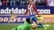 Griezmann toca na saída de Diego Alves para abrir o placar no Atlético de Madri x Valencia