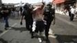 Homem é retirado pelos policiais após se envolver em briga em Marselha