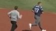 Brady persegue Gronk atrás de sua camisa