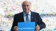 Joseph Blatter, presidente da Fifa, segura cartaz contra o racismo em jogo da Copa do Mundo