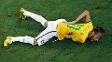 Com as mãos nas costas, Neymar chora no gramado do Castelão