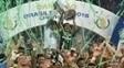 Dudu e Paulo Nobre levantam a taça: o Palmeiras é campeão brasileiro de 2016