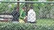 Neymar é flagrado caminhando e simulando cabeceio na sua casa no Guarujá