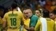Morten Soubak, técnico do Brasil, passa orientações em jogo com a Holanda