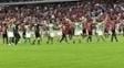 Jogadores de Atlético-PR e Coritiba saúdam juntos a torcida após o cancelamento do clássico