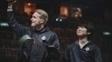 Zven e Expect cumprimentam a plateia sorrindo após vitória no MSI