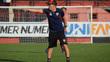 O técnico João Paulo Sanches durante treino do Atlético-GO