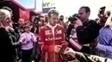 Vettel assina autógrafos no circuito da Catalunha