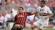 Douglas e Emanuelson disputam bola no jogo entre São Paulo e Milan na Copa Audi