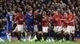 Atletas do United reclamam com Michael Oliver após expulsão de Ander Herrera