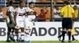 Rogério é abraçado por companheiros após gol da vitória do São Paulo