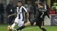 Daniel Alves e De Sciglio, em partida entre Juventus e Milan no Italiano