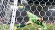 Akinfeev observa bola entrar no gol após falhar feio em chute de Lee Keun-Ho