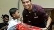 Encontro de Martunis com Cristiano Ronaldo em 2005, um anos após tsunami na Indonésia