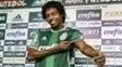 Keno com a camisa do Palmeiras, no CT alviverde