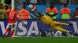 Romero voa para pegar penal de Sneijder
