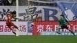 Pato perde pênalti no duelo entre Tianjin Quanjian e Shanghai Shenhua