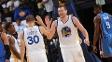 Stephen Curry e David Lee se cumprimentam durante vitória dos Warriors