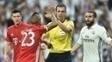 Arturo Vidal reclama com árbitro Viktor Kassai durante Real x Bayern