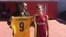 Griezmann recebeu a camisa e a carteirinha de sócio do Peñarol