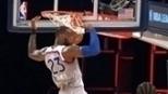 Irving recupera a bola e dá assistência para bela cravada de LeBron