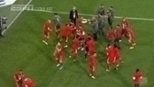 Philipp Lahm 'rouba' megafone e comanda festa do título do Bayern de Munique