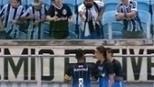 Maicon se irrita com vaia e tira satisfações com torcedor após tropeço do Grêmio