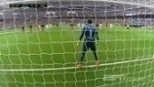 Sempre ele! Diego Alves defende pênalti cobrado por Cristiano Ronaldo no Bernabéu. ASSISTA!