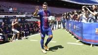 Paulinho acena em sua apresentação no Barcelona