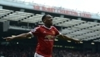 Martial comemora o gol do United; ao fundo, a tribuna Sir Bobby Charlton
