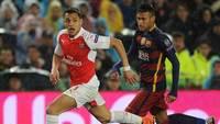 Alexis Sánchez e Neymar, em Arsenal x Barcelona. Jogadores estão na mira do PSG
