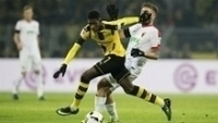 Dembélé, do Dortmund, em disputa contra Stafilylidis, do Augsburg