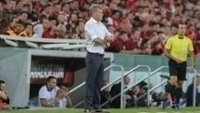 Paulo Autuori observa jogo do Atlético-PR contra o Capiatá
