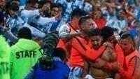 Franco Jara é abraçado pelos companheiros após fazer o gol do título do Pachuca