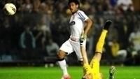 Romarinho toca por cima do goleiro do Boca Juniors, para marcar seu gol histórico