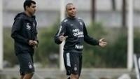Carille e Ronaldo, durante treino do Corinthians em 2010